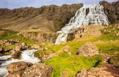 Den majestätiska sommarsikten av den Dynjandifoss Dynjandi vattenfallet, juvlar av Westfjordsen, Island Royaltyfri Bild
