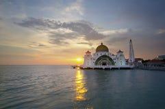 Den Malacca svårighetermoskén (Masjid Selat Melaka) är en lokaliserad moské Arkivfoton
