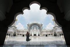 Den Malaysia moskén med muselman ber i Malaysia, kvinnlig malaysian M Arkivfoto