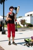 Den Male jonglören utför på sommarfestivalen royaltyfria bilder