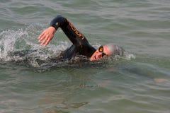 Den Male simmaren simmar fristil i laken Michigan royaltyfri foto