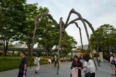 Den Maman spindelskulpturen p? sk?rm p? grunden av Mori Tower, utanf?r museet Konstverk som visas på Tokyo's Roppongi Hills fotografering för bildbyråer