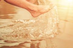 Den man'foten med vattenfärgstänk kopplar av in på dammet royaltyfri fotografi