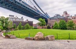 Den Manhattan bron i New York City över den Brooklyn bron parkerar gras Royaltyfri Bild