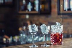 Den Manhattan coctaildrinken som dekoreras på stångräknare i bar eller, vilar arkivbild