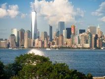 Den Manhattan horisonten som sett från Ellis Island Royaltyfria Bilder