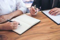 Den manliga advokaten eller domaren konsulterar att ha lagmöte med klienten, La arkivbilder