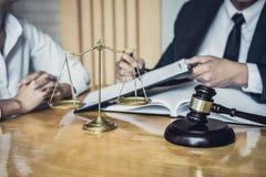 Den manliga advokaten eller l?gerledaren som arbetar i r?ttssal, har m?te med klienten ?r konsultation med avtalslegitimationshan royaltyfria foton