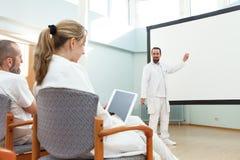 Den manliga doktorn gör en föreläsning arkivfoton