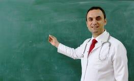 Den manliga doktorn ler Royaltyfri Fotografi
