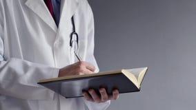 Den manliga doktorn skriver RX-receptet, medan stå arkivfilmer