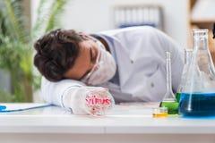 Den manliga doktorn som arbetar i labbet på virusvaccin Royaltyfri Fotografi