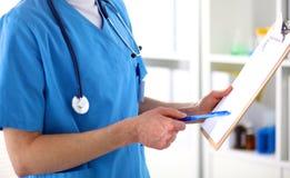 Den manliga doktorsnärbilden fyller det medicinska kortet royaltyfri bild
