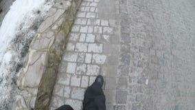 Den manliga foten i skor går på förberedande stenar lager videofilmer