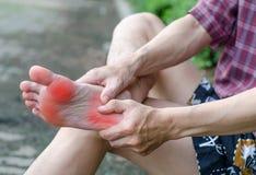 Den manliga foten smärtar, mannens problembegreppet arkivfoto