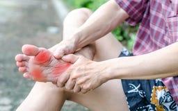 Den manliga foten smärtar, mannens problembegreppet arkivfoton