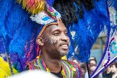 Den manliga gatadansaren har gyckel på den London's Notting Hill karnevalet Fotografering för Bildbyråer