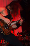Den manliga gitarristen som utför på ett levande, vaggar konsert Royaltyfria Bilder