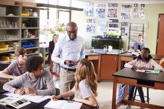 Den manliga högstadiet handleder Teaching Students In biologigrupp royaltyfria foton