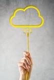 Den manliga handen med LAN-kabel förband till molnservice Arkivfoto
