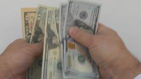 Den manliga handen räknade räkningarna för pengar 500 av olika valörer stock video