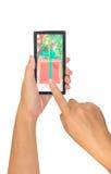den manliga handen rymmer en smart telefon för modern pekskärm arkivbild