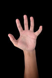 Den manliga handen visar fem fingrar på svart Arkivfoto
