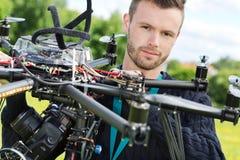 Den manliga helikoptern för teknikerWith UAV parkerar in royaltyfria bilder