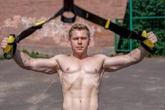 Den manliga idrottsman nennärbilden, drevnaturen i stad, sommartrxutbildning, känner din styrka och jämvikt, motivationen som gar royaltyfri bild