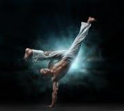 Den manliga kämpen utbildar capoeira arkivbilder