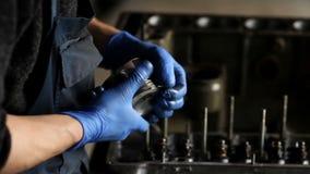 Den manliga mekanikern samlar en byggd om motor för bilen lager videofilmer