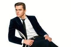 Den manliga modellen sitter på en stol royaltyfri fotografi