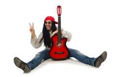 Den manliga musikern med gitarren som isoleras på vit fotografering för bildbyråer