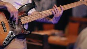 Den manliga musikern spelar elbasen på en vaggakonsert stock video