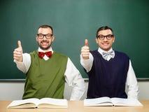 Den manliga nerdsshowen tummar upp Arkivbild