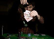 Den manliga pokerspelaren rymmer fem kort, vinnande kombination På en mörk bakgrund Royaltyfri Bild