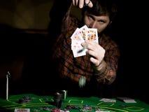 Den manliga pokerspelaren rymmer fem kort, vinnande kombination På en mörk bakgrund Royaltyfria Foton