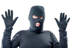 Den manliga rånaren rymde upp hans händer, i svart kläder fotografering för bildbyråer
