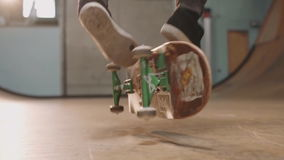 Den manliga skateboradåkaren utför att förbluffa jippon på skateboarden stock video