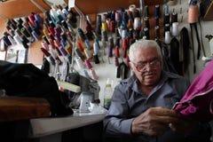 Den manliga skräddaren syr kläder i tappningseminarium i Sofia, Bulgarien Royaltyfri Bild