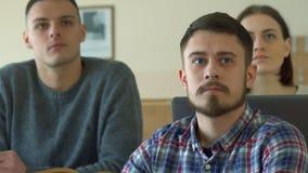 Den manliga studenten använder den digitala minnestavlan på hörsalen arkivfoton