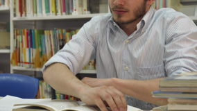 Den manliga studenten vaknar upp på arkivet stock video
