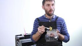 Den manliga stylisten har en lunch på arbetsplatsen, stilig grabb med lunchboxen stock video