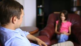 Den manliga terapeuten för en psykologisk konsultation med en tonåring Flickatonåring på ett mottagande med en psykolog stock video