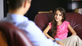 Den manliga terapeuten för en psykologisk konsultation med en tonåring Flickatonåring på ett mottagande med en psykolog arkivfilmer