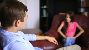 Den manliga terapeuten för en psykologisk konsultation med en tonåring Flickatonåring på ett mottagande med en psykolog lager videofilmer