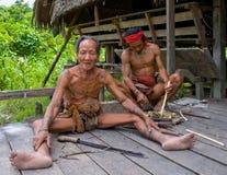 Den manMentawai stammen förbereder pilar för att jaga Fotografering för Bildbyråer