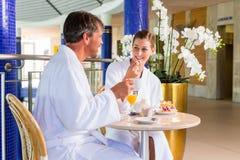 Den Mann undfrauen trinken Kaffee i Therme oder Bad Royaltyfria Bilder