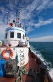 Den marin- bogserbåten Mys Povorotnyy flyttar sig över fjärden Nakhodka fjärd Östligt (Japan) hav 02 08 2015 Arkivbilder