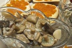 den marinated maträtten plocka svamp smörgåsar Arkivbild